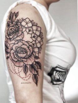 lublin tattoo, poland tattoo, poland tattoos, draphic tattoo, dotwork tattoo, mandala, mndala tattoo, rose tattooTatuaż graficzny. Floral tattoo. Dothwork tattoo. Profesjonalne studio tatuaży Lublin. Piękny tatuaż kobiecy