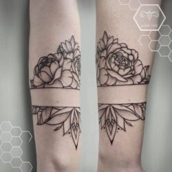 lublin tattoo, tatuaz lublin, tattoo lublin, aloe.ink, linework, linework tattoo, tatuaż profesjonalny, tatuaż Lublin, tat, tatuaz, tatoo, peonies tattoo, piwonie, tatuaż kwiaty, kwiaty. dotwork tattoo, tatuaz kobiecy